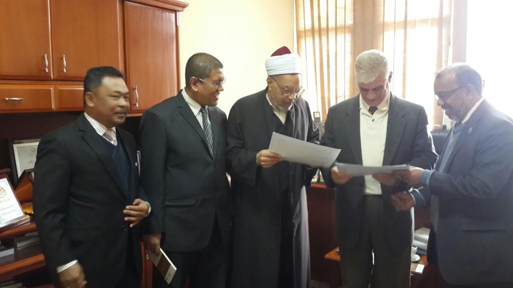 TYDP PUM bersama mantan Menteri Waqaf Mesir, Prof. Dr. Muhammad Abdul Fudhail al-Qusi dan Penasihat Syeikh al-Azhar, Mejar Jeneral (B) Usamah Yasin.