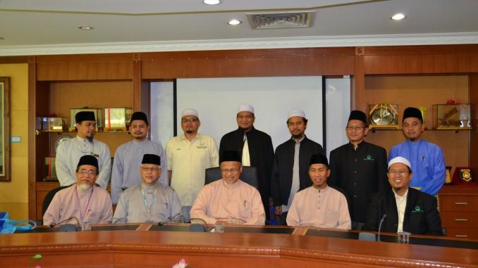 Rombongan PUMSel yang diketuai oleh pengerusinya, Ustaz Hj. Zamri Shafik, bergambar dengan Sahibus Samahah Dato' Setia Haji Mohd. Tamyes bin Abd. Wahid bersama kakitangan Jabatan Mufti Negeri Selangor