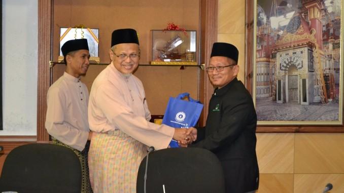 Wakil Rombongan PUMSel menyampaikan set buku-buku terbitan PUMSel kepada SS Dato' Mufti.