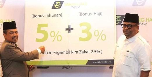 Menteri Di Jabatan Perdana Menteri, Datuk Seri Jamil Khir Baharom (kiri) mengumumkan bonus tahunan 5 peratus dan 3 Peratus bonus haji 3 peratus jumlah keseluruhan 8 peratus kepada pendeposit Tabung Haji turut bersama Pengerusi Tabung Haji, Datuk Seri Abdul Azeez Abdul Rahim(kanan) di Majlis Pengumuman Bonus Pendeposit Tabung Haji 2015.